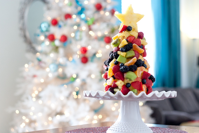 exemple de dessert leger noel, un sapin de noel en ananas et poire avec ornements de fruits, fraises, kiwi, clémentises, myrtilles, mures