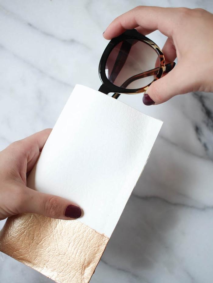 pochette en cuire blanche et dorée pour ranger ses lunettes de soleil, cadeau de noel a fabriquer sans coudre