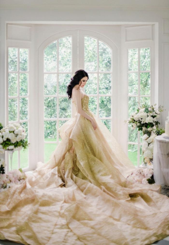 Moderne robe dorée et blanche robe doré accessoires tenue complète robe de mariée dorée