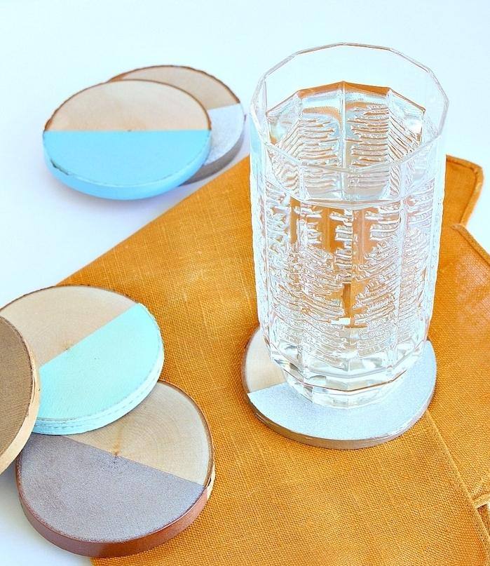 rondelle en bois, décorées de peinture bleue, idée de cadeau de noel a fabriquer pour sa soeur ou maman