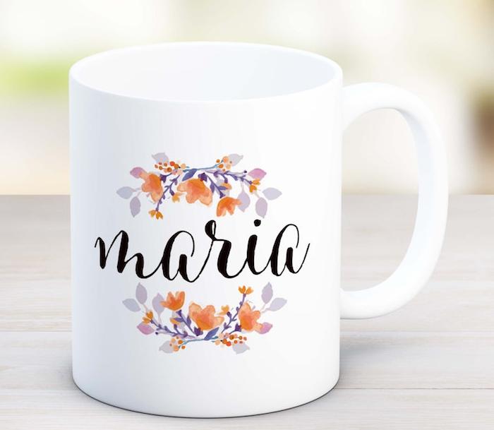 une tasse de café personnalisée blanche avec des branches fleuries et le prénom de la personne écrit dessus, idée cadeau maman pour noel