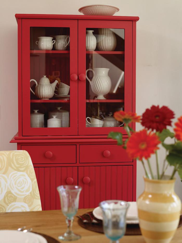 vaisselier vintage repeint en rouge, idée comment customiser meuble, vaisselle blanche, amenagement salle à manger campagne chic