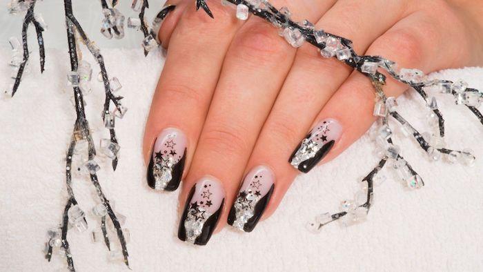 moele nail art pour noel, vernis a ongles transparente et noirs, motif étoiles, fond imitation neige et branche enneigé