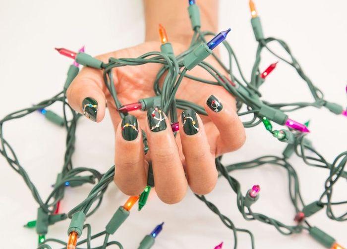 nail art noel facile en vernis à ongles couleur verte et guirlande dorée à strass coloré, guirlande lumineuse de noel