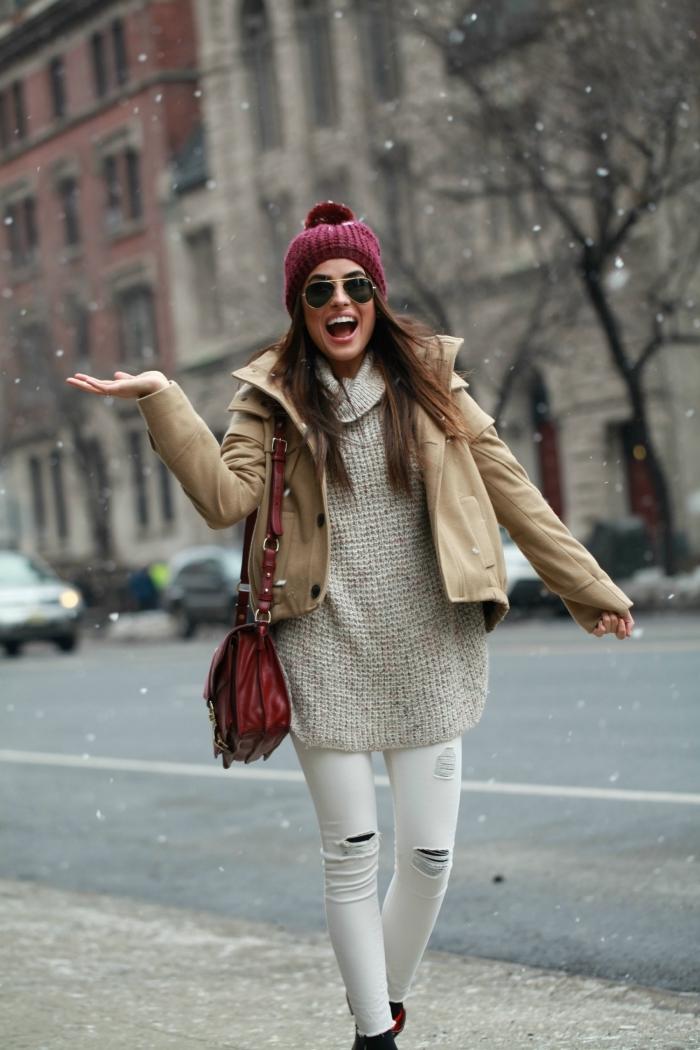 comment s habiller, pantalon blanc déchiré à combiner avec pull oversized gris et veste shorte en beige