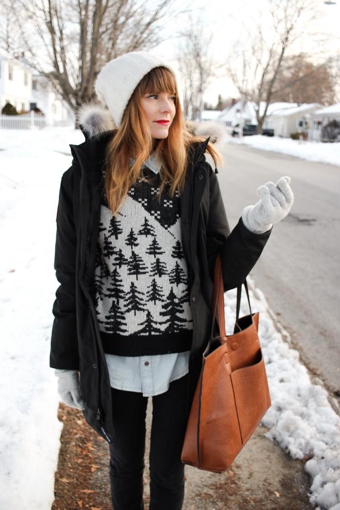manteau hiver femme, tenue en blanc noir et gris avec chemise en denim clair manteau et pantalon noirs