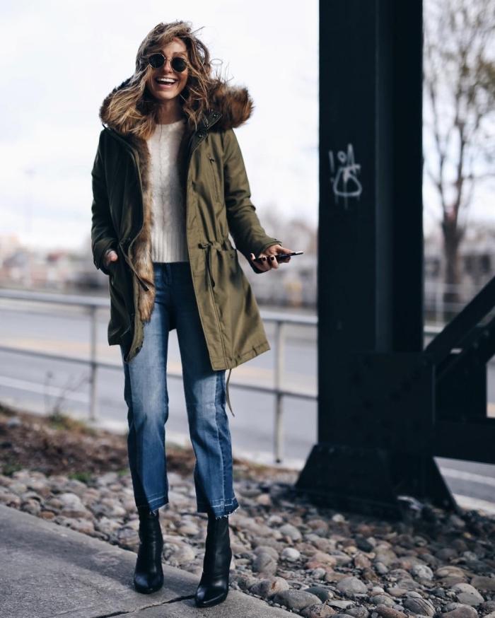 manteau capuche fourrure, comment associer le kaki, porter le pull blanc femme avec paire de jeans clairs