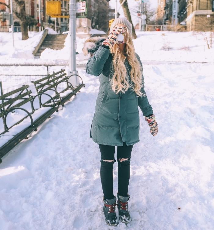 trouver son style vestimentaire, modèle de gants en crochet multicolore pour femme, manteau long vert avec capuche en faux fur