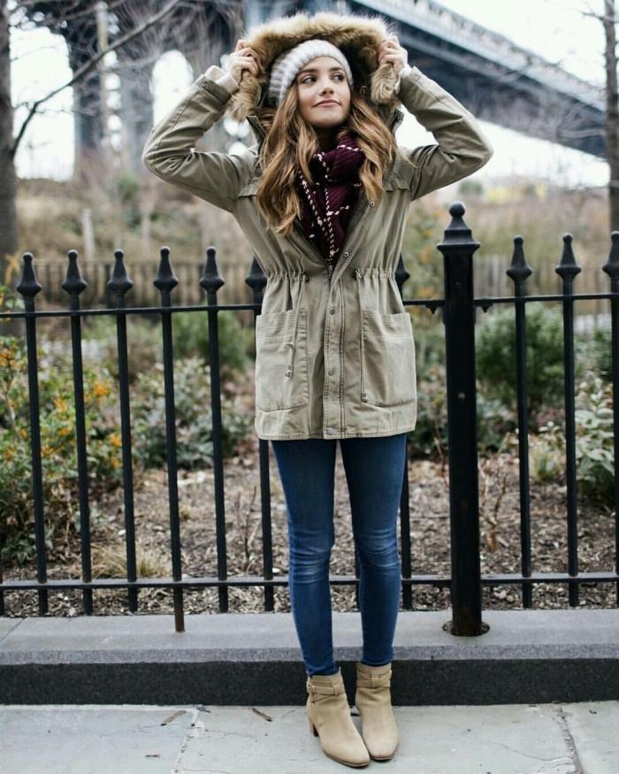 comment porter le kaki, modèle de veste kaki avec capuche en faux fur combiné avec bottes beige et bonnet blanc