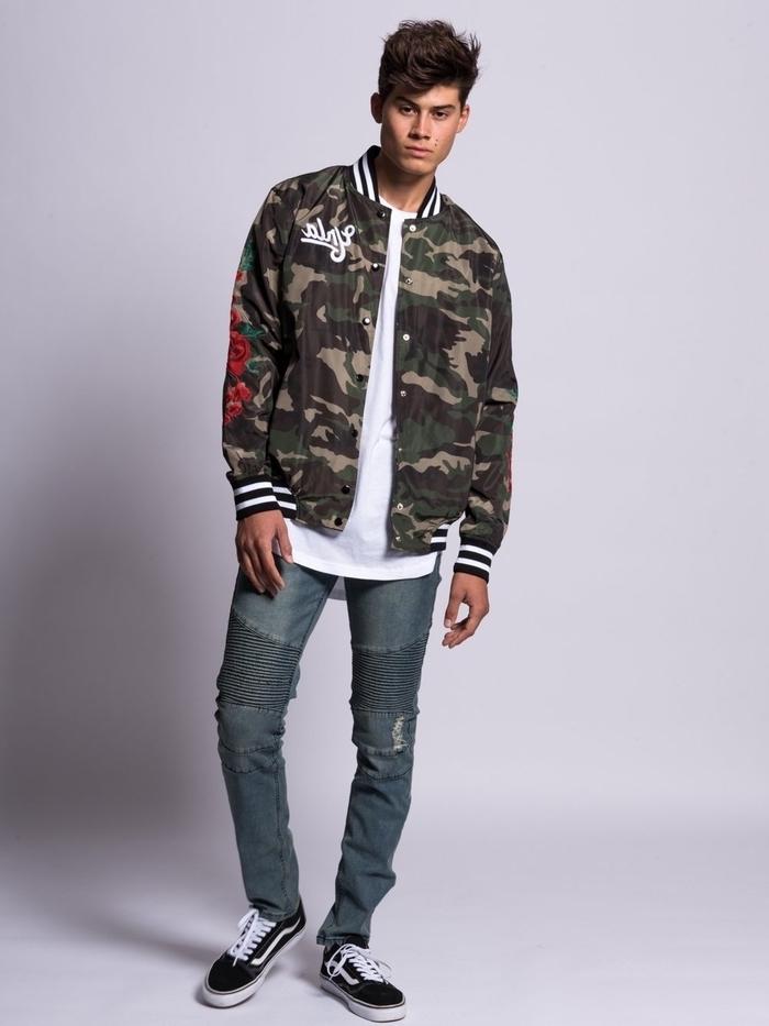look homme casual chic en denim et veste camouflage homme à broderie de style bomber