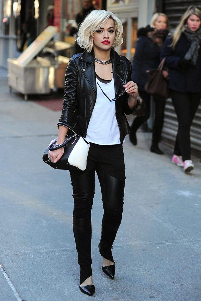 vetement ado, gros collier métallique, veste en cuir noir, t-shirt blanc, pantalon bimatière