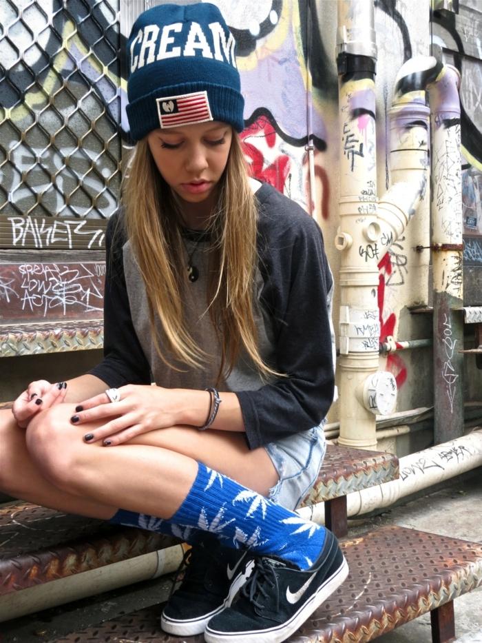vetement ado, chaussettes bleues, bonnet bleu, fille swag habillée à la mode swag