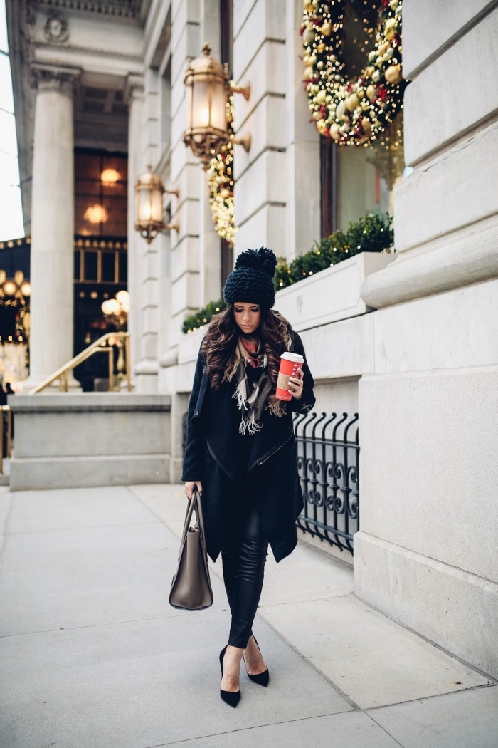 comment s habiller, coiffure cheveux châtain foncé et bouclés, écharpe gris et blanc avec franges, chaussures noires et sac à main gris