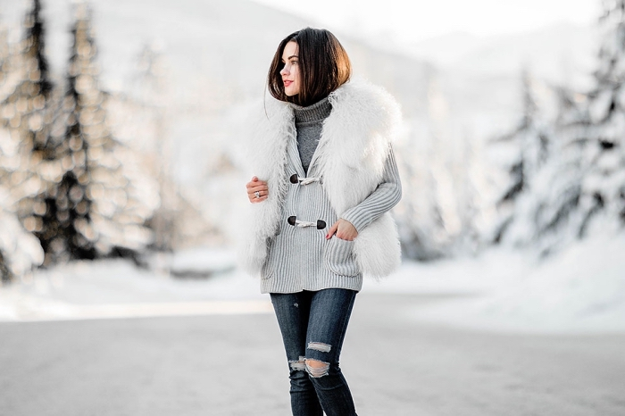 manteau hiver femme, s'habiller en couches avec pull over gris et gilet gris clair, paire de jeans déchirés foncés pour femme