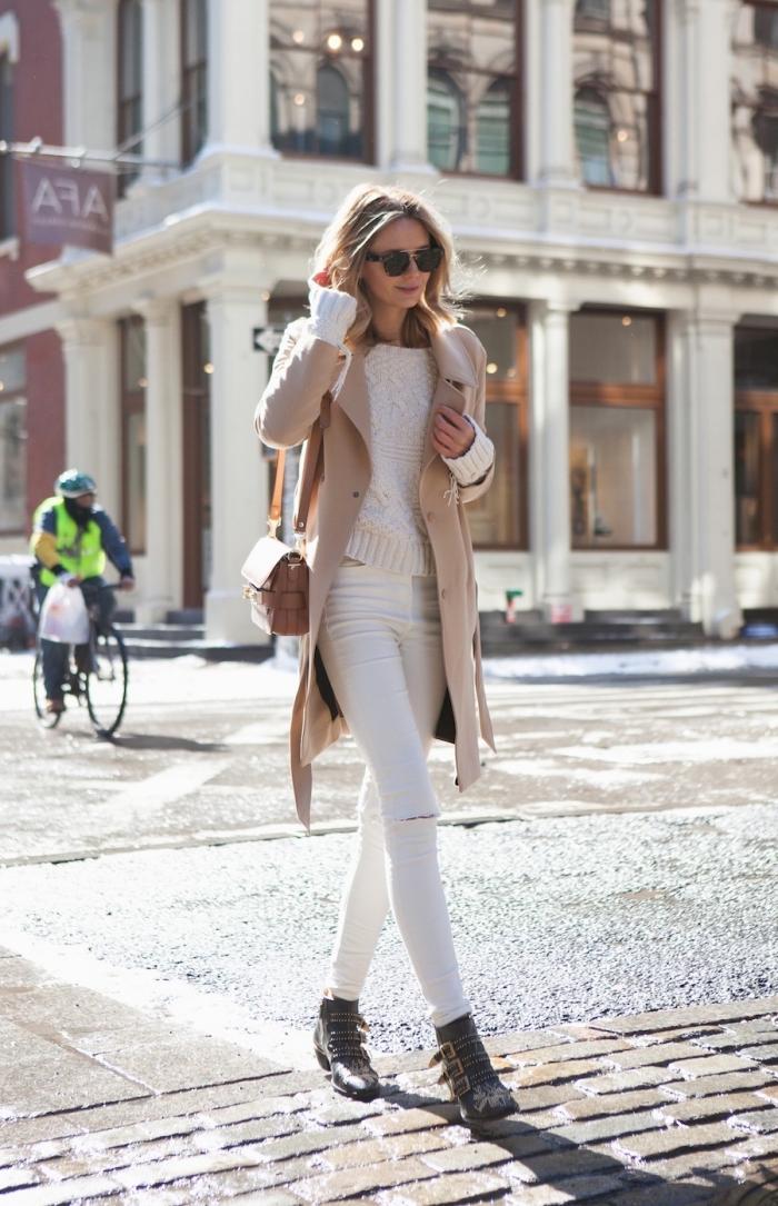 manteau femme, pantalon slim avec trous sur les genoux combinés avec pull et manteau beige femme