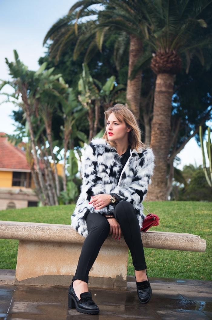 comment s habiller, modèle de manteau en faux fur blanc et noir porté avec pantalon slim noir et chaussures noires