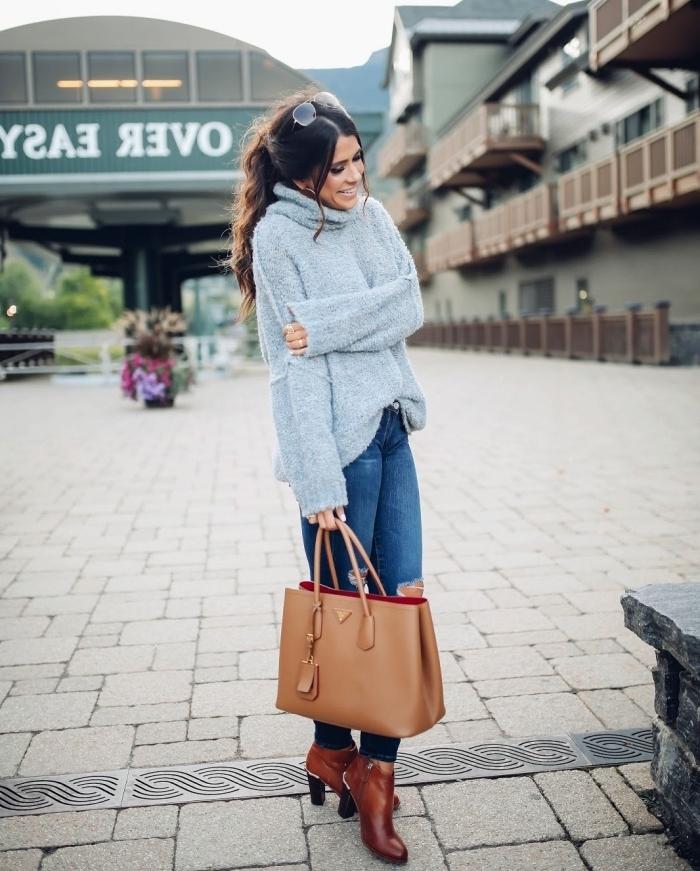tenue hiver, combiner le pull loose gris avec paire de jeans déchirés, assortir ses accessoires de nuances marron