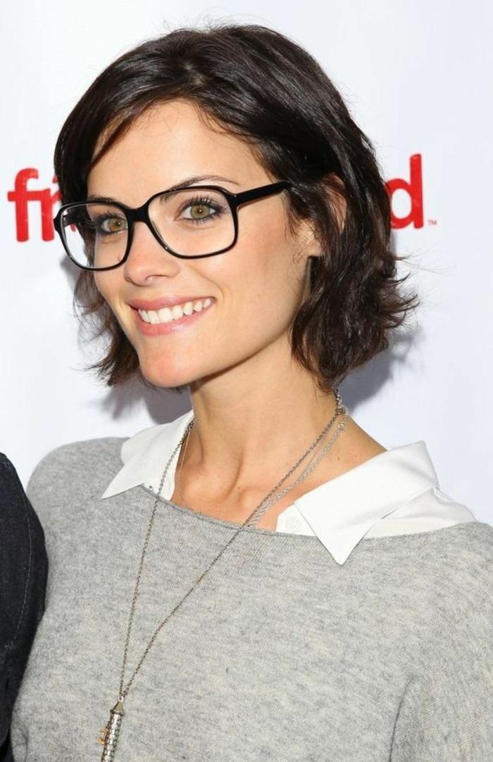 coupe de cheveux femme look décontracté, jeune femme avec des lunettes, grande monture noire, carré court, couleur de cheveux naturelle, facile à porter et à entretenir au quotidien