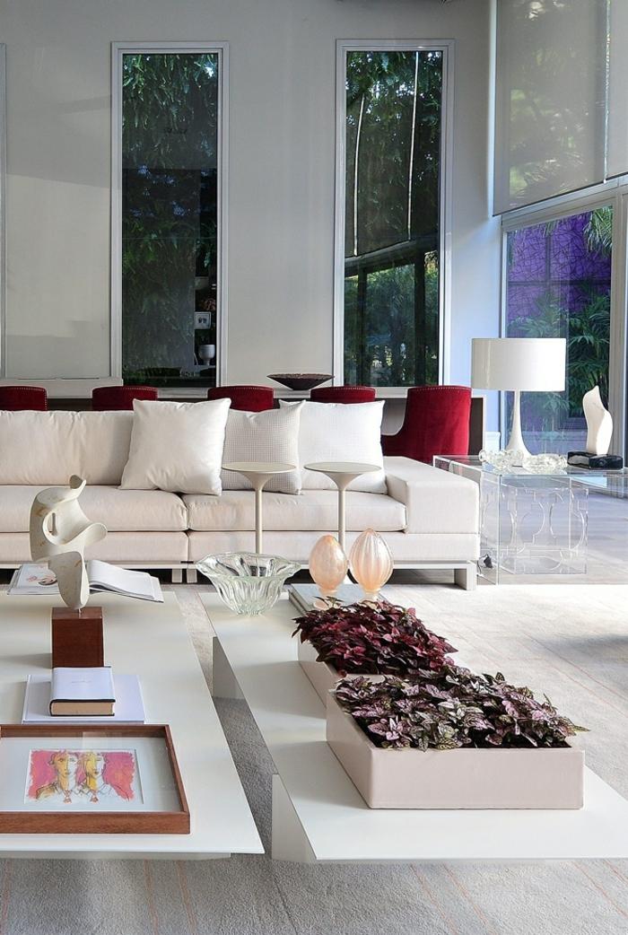 idée deco salon avec des vases carrées avec des plantes, canapé en rose pastel, table rectangulaire blanche, statuette blanche corps féminin sur la table, parquet gris