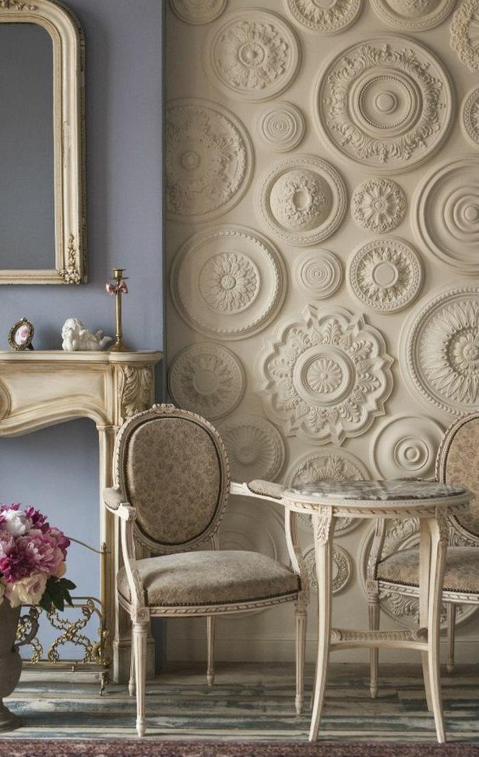 deco salon de luxe avec une multitude de frises rondes au mur, un mur coloré en bleu lavande, miroir en style baroque, table et chaise en style rococo, grand vase avec des fleurs