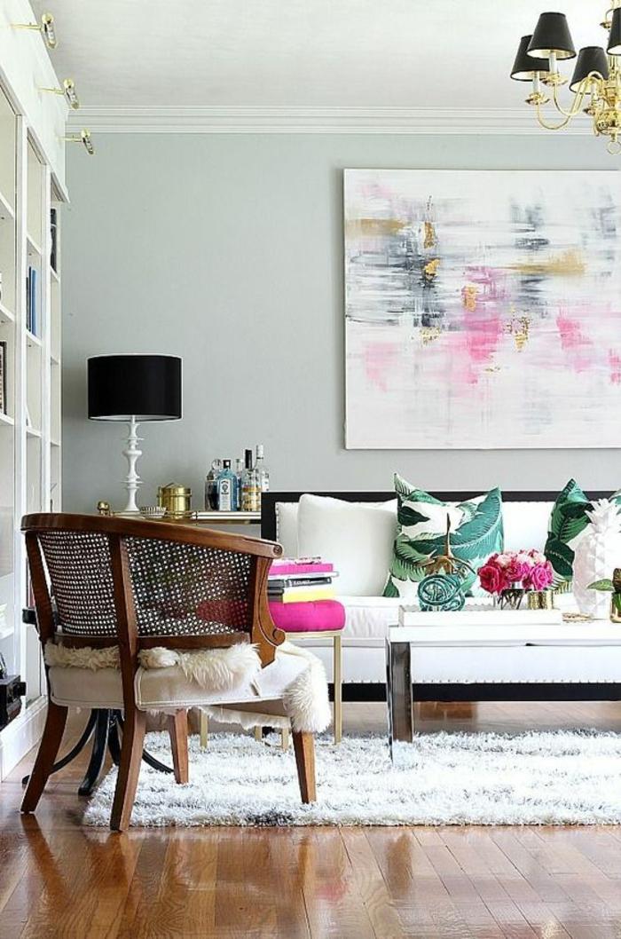 meuble salon pas cher, murs en bleu pastel, parquet en beige et marron foncé, canapé en blanc, avec des grands coussins, luminaires avec des abat-jours en noir sur la table du salon et au plafond