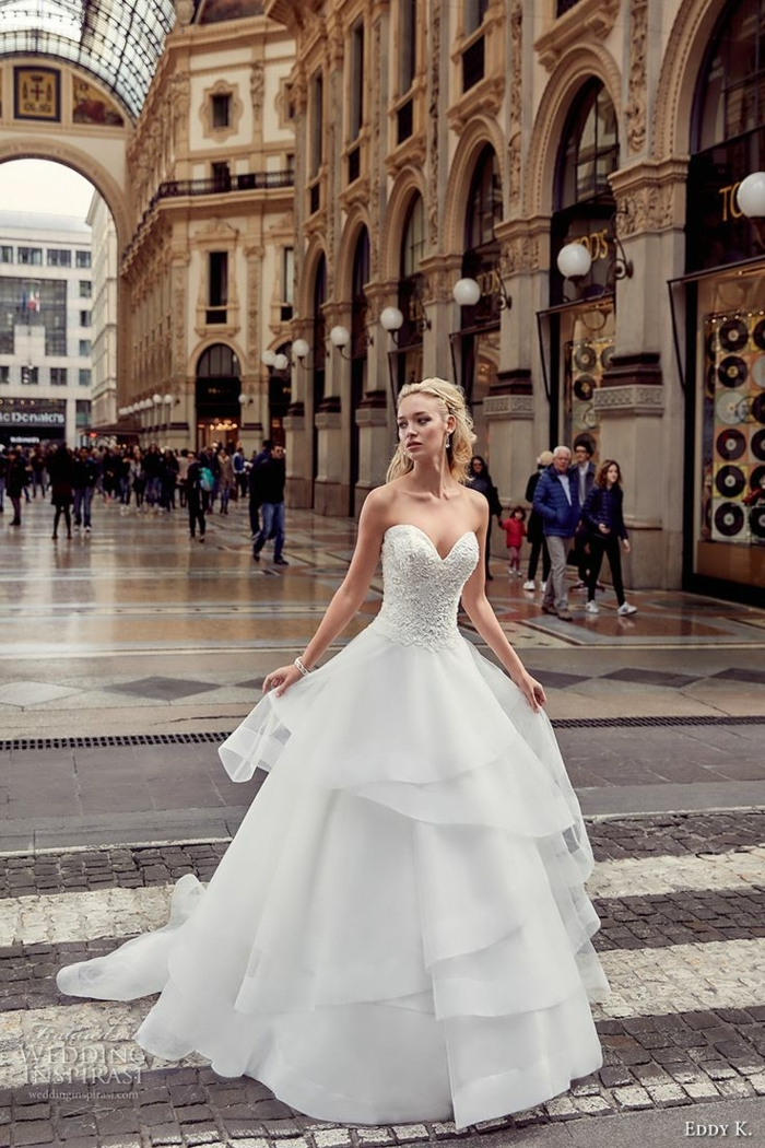 robe-de-mariée-robe-princesse-robe-bustier-splendide-mariée-qui-se-promène-dans-la-rue