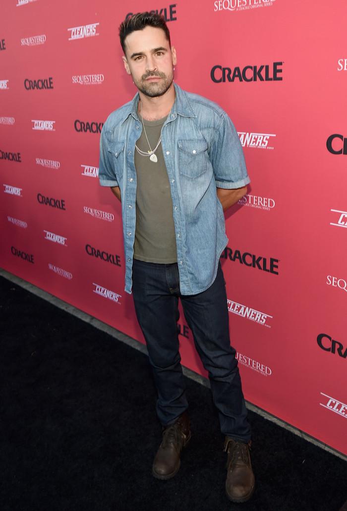 Jesse Bradford look chemise en jean et tee shirt et pantalon brut