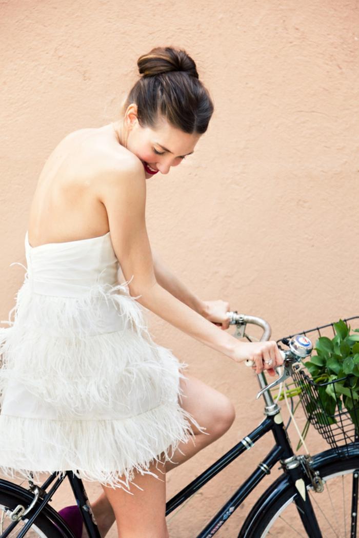 Belle coiffure de mariage chignon haut robe de mariée courte