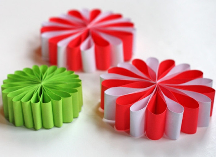 comment faire des fleurs en papier, activité manuelle primaire, fleurs en papier rouge, blanc et vert, pétales de bandes de papier pliées en deux