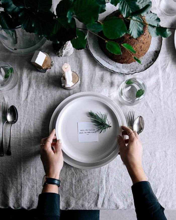 Comment décorer la table de Noël avec marque place originale idée jolie table déco