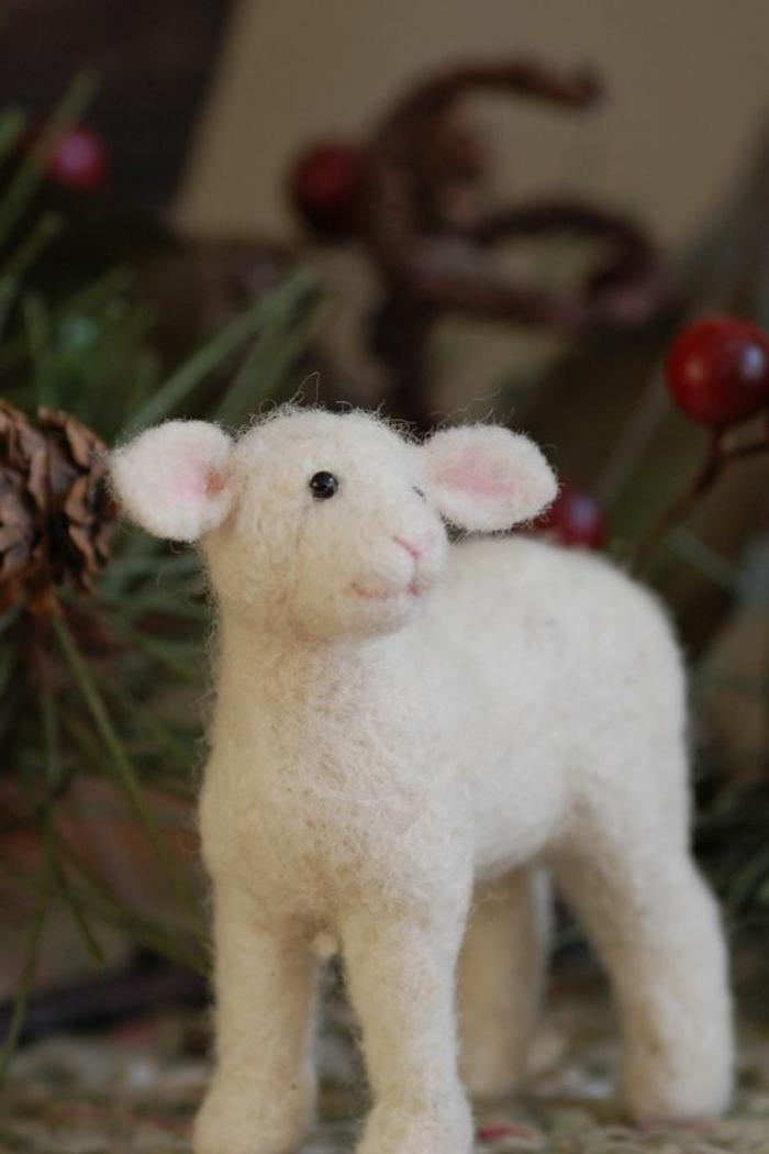 laine de feutrage, petit agneau blanc en laine, sculpter de la laine avec aiguille