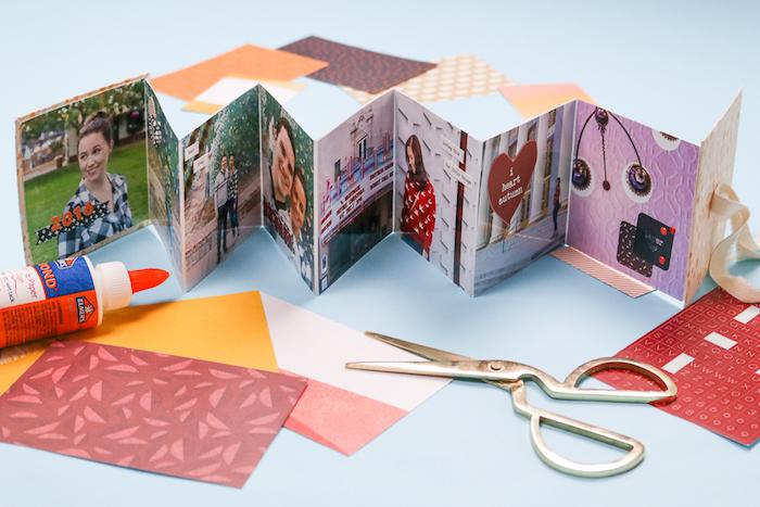 exemple de cadeau fait main, un album photo scrapbooking plié en accordéon avec des photos de couple