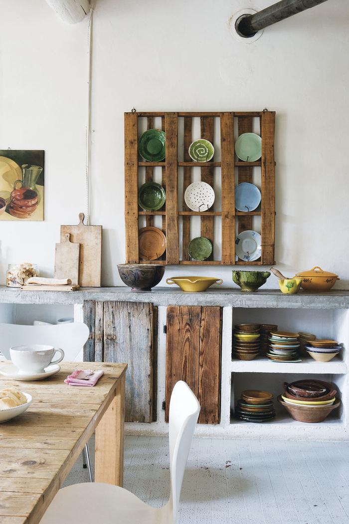 une étagère porte-assiette en palette recyclée qui s inscrit bien dans le style rustique de la cuisine en bois de récup et béton