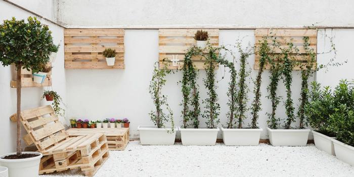 idée déco pour le patio avec des meubles palettes, petit patio avec des jardinières en palettes et un salon de jardin récup