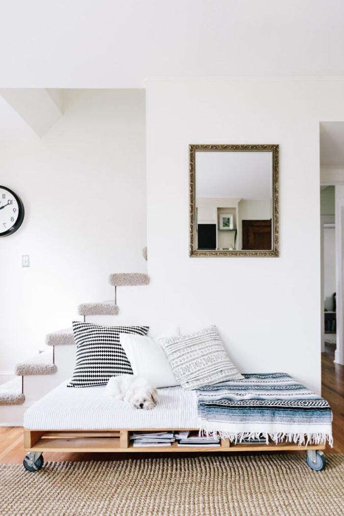 un meuble palette chic et fonctionnel pour aménager un petit espace, salon scandinave avec un canapé-lit en palette avec espace de rangement