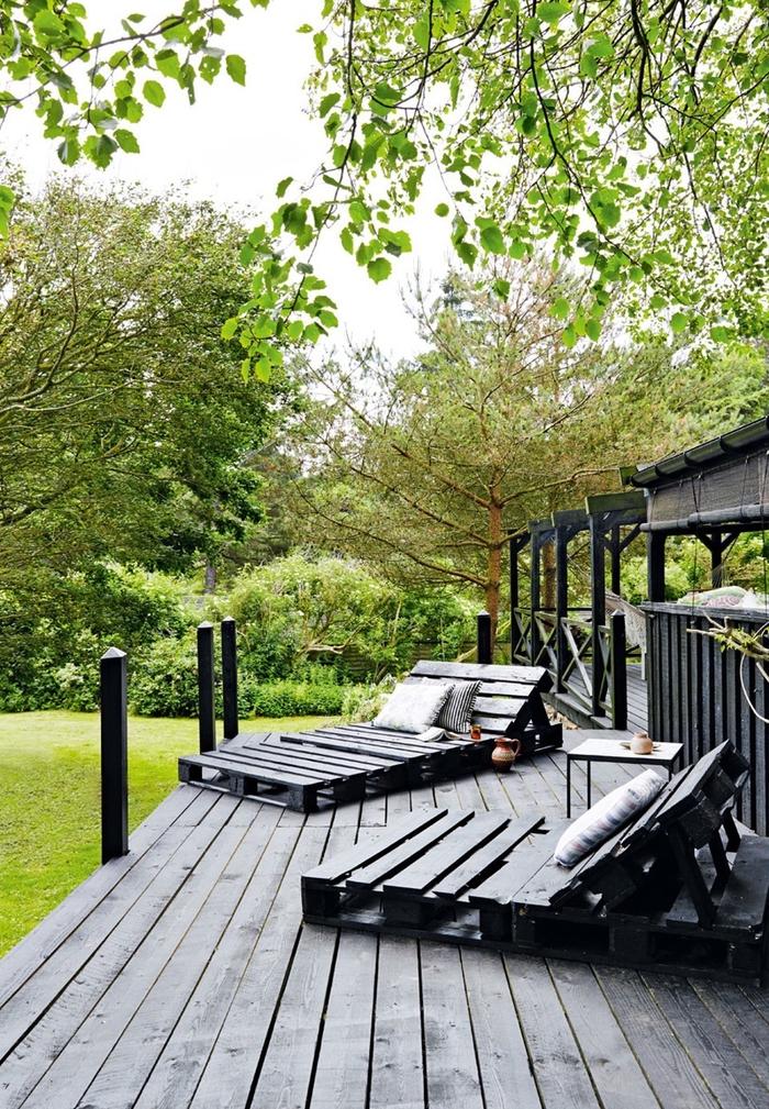 relooker l'espace jardin ou la terrasse avec un meuble exterieur en palette, bain de soleil en palette peint en même couleur que la terrasse en bois