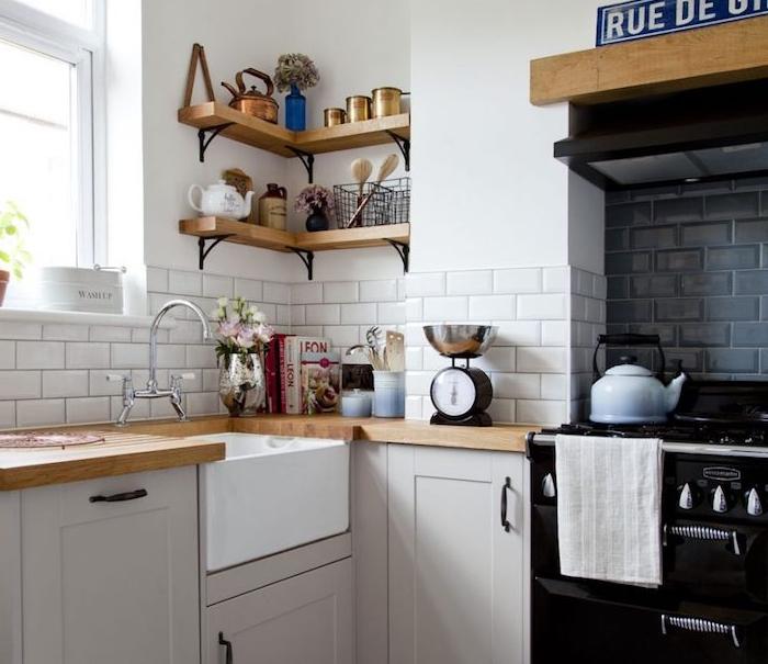 comment amenager une cuisine en l vintage avec facade cuisine grise, plan de travail bois et etagere d angle bois, poele vintage