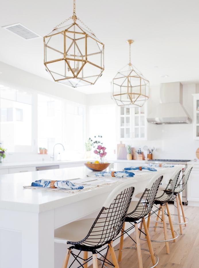 cuisines équipées, modele de cuisine blanche moderne avec grand bar blanc entouré de chaises en bois et metal, suspensions originales, meuble cuisine blanc