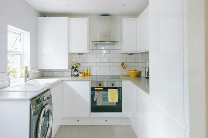 cuisines équipées, amenagement petite cuisine en blanc avec des accents accessoires jaunes electromenager inox, credence carrelage blanc