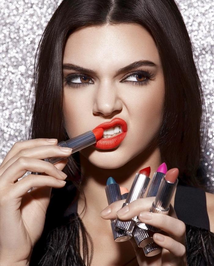 comment choisir son rouge à lèvre, maquillage en fond de teint mate et yeux marron smoky