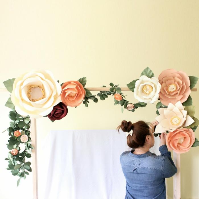 bricolage arche fleurie de mariage en bois, décorée de fleurs en papier de tailles diverses, guirlande de fleurs épanouies couleur crème, rose et rouge