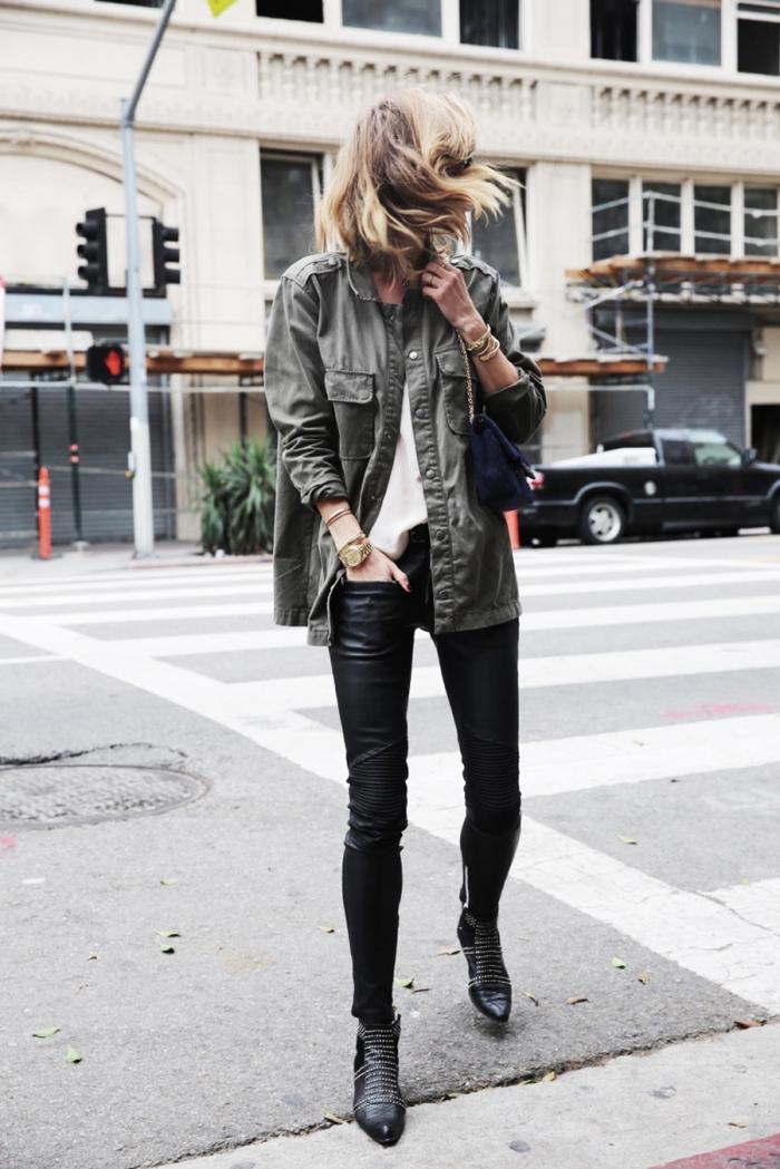 veste militaire femme, look chic avec pantalon en cuir noir et chemise blanche combinés avec bijoux en or