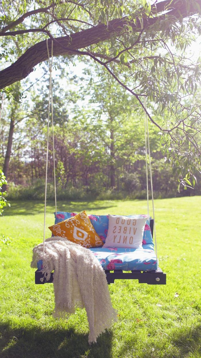 idée créative pour faire des meubles avec des palettes, balançoire bohème chic en palette avec un matelas imprimé et des coussins