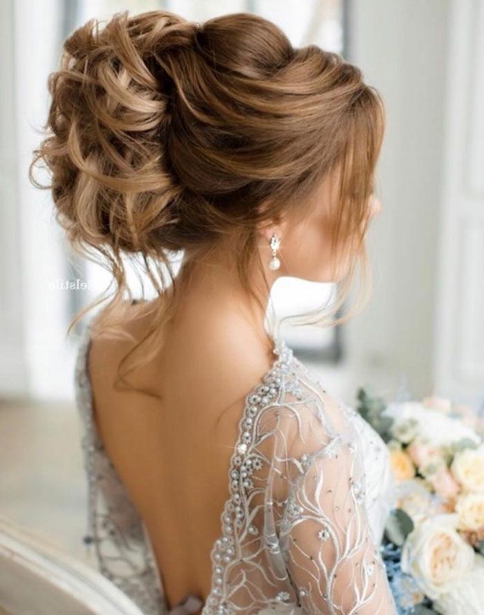La coiffure mariée bohème coiffure de mariée cheveux long chignon haut