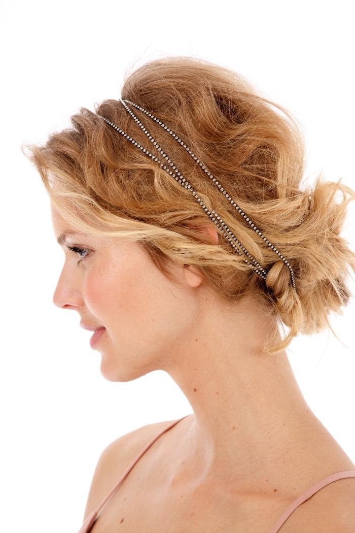 coiffure bohème chic, cheveux longs en chignon bas décontracté avec boucles et diadème en cristaux