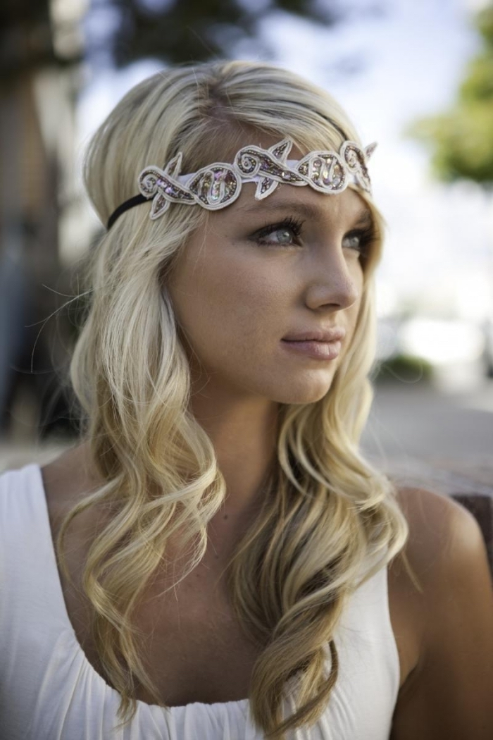 coiffure avec bandeau, robe de mariée blanche à combiner avec coiffure bohème en boucles