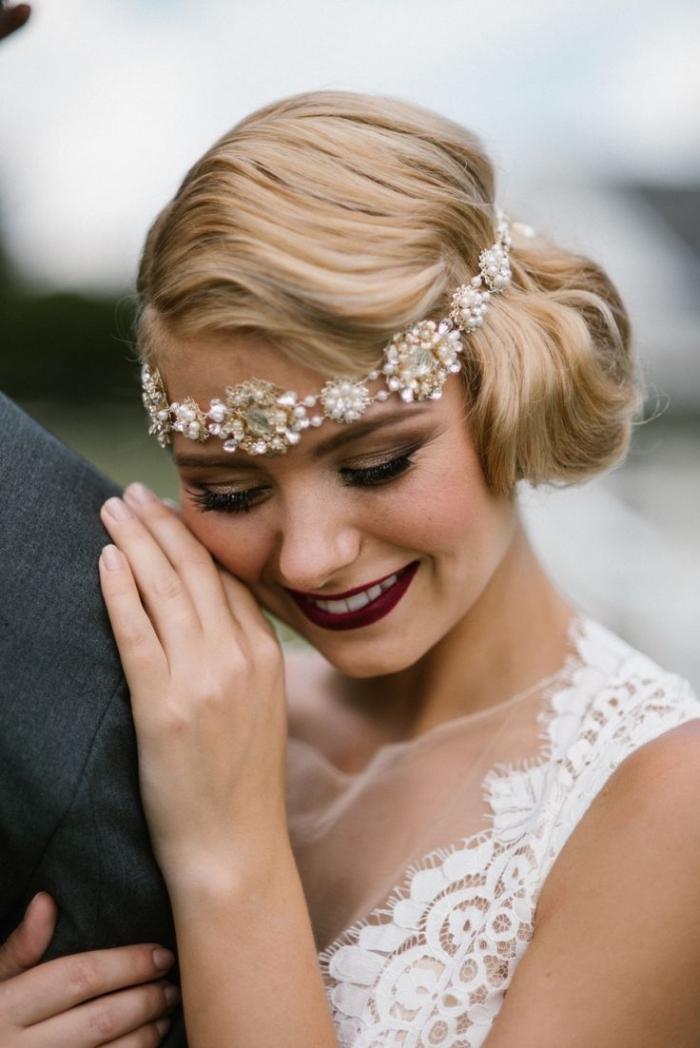 comment choisir sa coiffure de mariage pour cheveux longs, cheveux attachés en chignon bas avec diadème florale