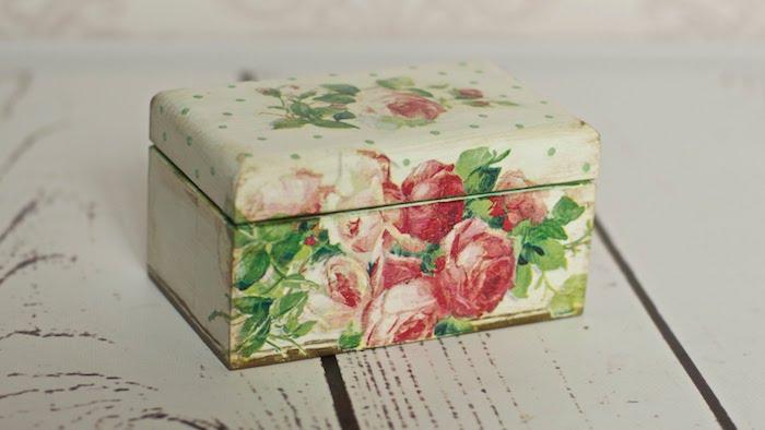 une boite a bijoux en bois customisée de motifs floraux, technique serviettage, cadeau anniversaire femme, bricolage facile