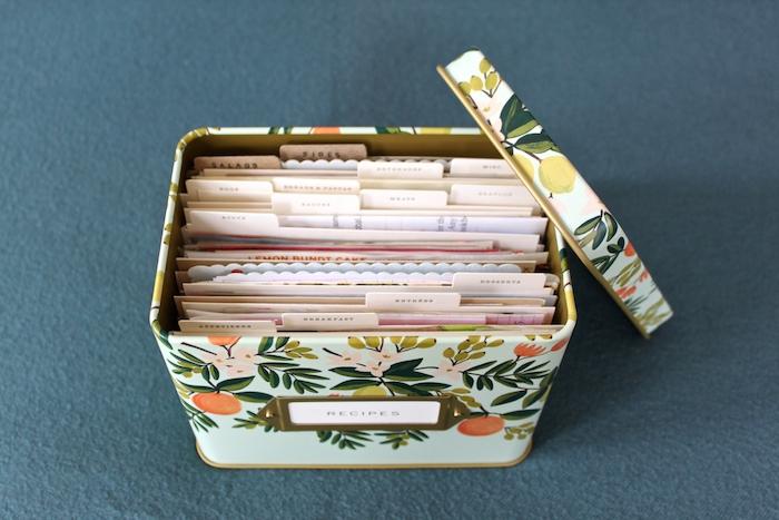 idée cadeau fête des mères a faire soi meme, une boîte fleurie en métal avec des recettes, bricolage simple