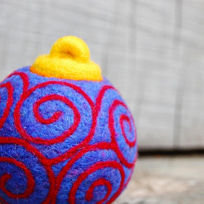 boule de noel fait main joliment ornementée, une boule en laine sophistiquée